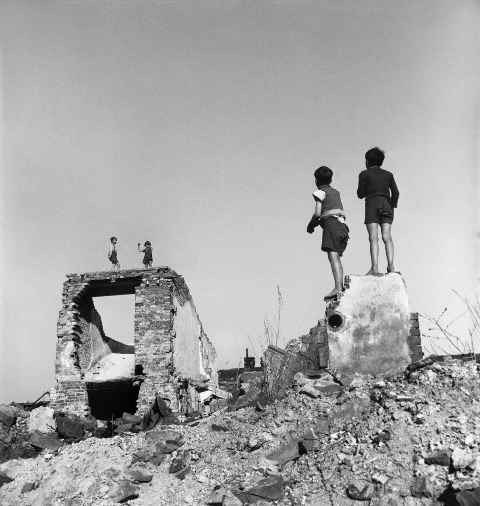 David Seymour - Ragazzi giocano in edifici bombardati. Vienna, Austria, 1948