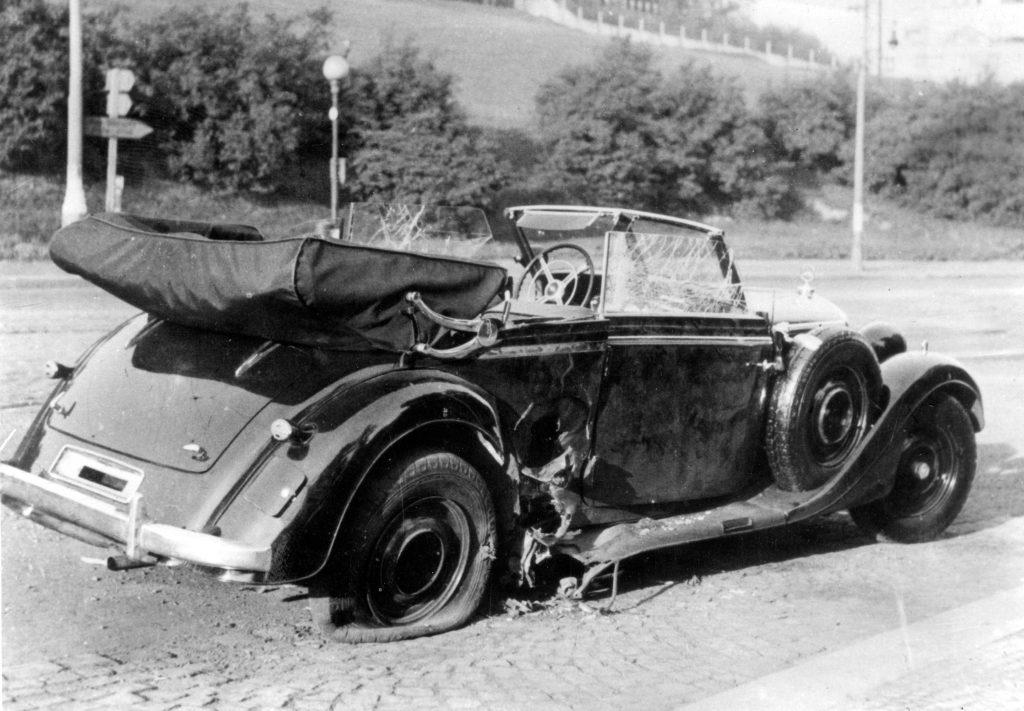 La Mercedes scoperta di Heydrich, ferma dove è avvenuto l'attentato di Gabčík e Kubiš, nel quartiere di Holešovice, alla periferia di Praga