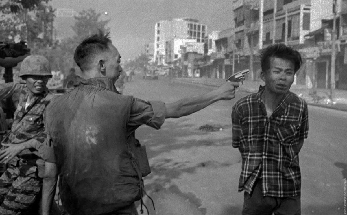 Il generale sudvietnamita Nguyen Ngoc Loan mentre, il primo febbraio 1968 a Saigon, giustizia a bruciapelo un ufficiale vietcong. Foto di Eddie Adams