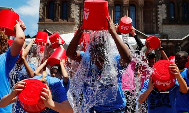 The Ice Bucket Challenge, un'attività virale avviata da Pete Frates e Patrick Quinn, ha raccolto milioni per la ricerca sulla SLA. Quinn è morto domenica all'età di 37 anni.